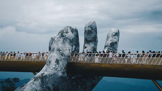 Mão gigantescas seguram a nova ponte dourada do Vietnã