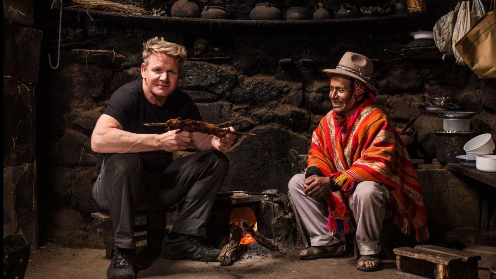 Gordon Ramsay ao lado de Mario, um agricultor local no Peru, antes de provar uma refeição ...