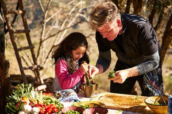"""Gordon Ramsay aprende métodos culinários tradicionais no Marrocos com a ajuda de sua """"subchef"""" Fátima, de ..."""