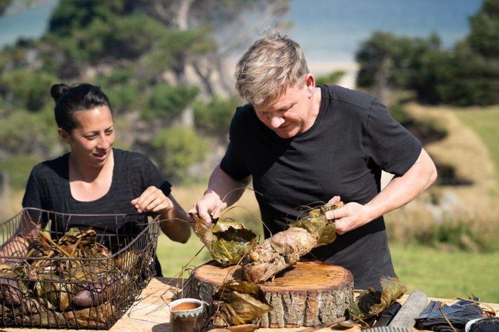 Gordon Ramsay e a chef Monique Fiso preparam refeição para os anciões maori na Nova Zelândia ...