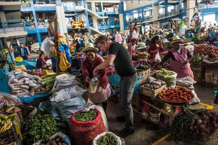 Gordon Ramsey compra sal de um mercado em Urubamba, Peru.