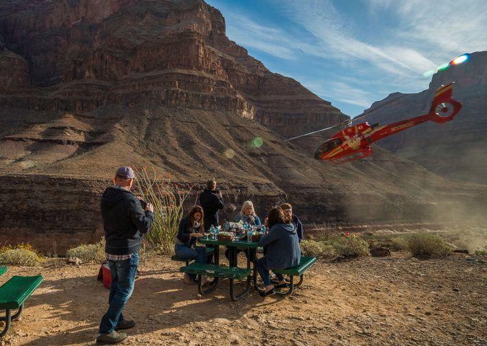 Ao reservar um passeio de helicóptero, não se esqueça de procurar um com espaço extra nas ...