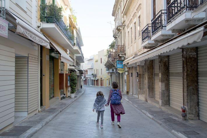Rua vazia no bairro de Plaka, em Atenas, em 9 de novembro de 2020. Na Grécia, ...
