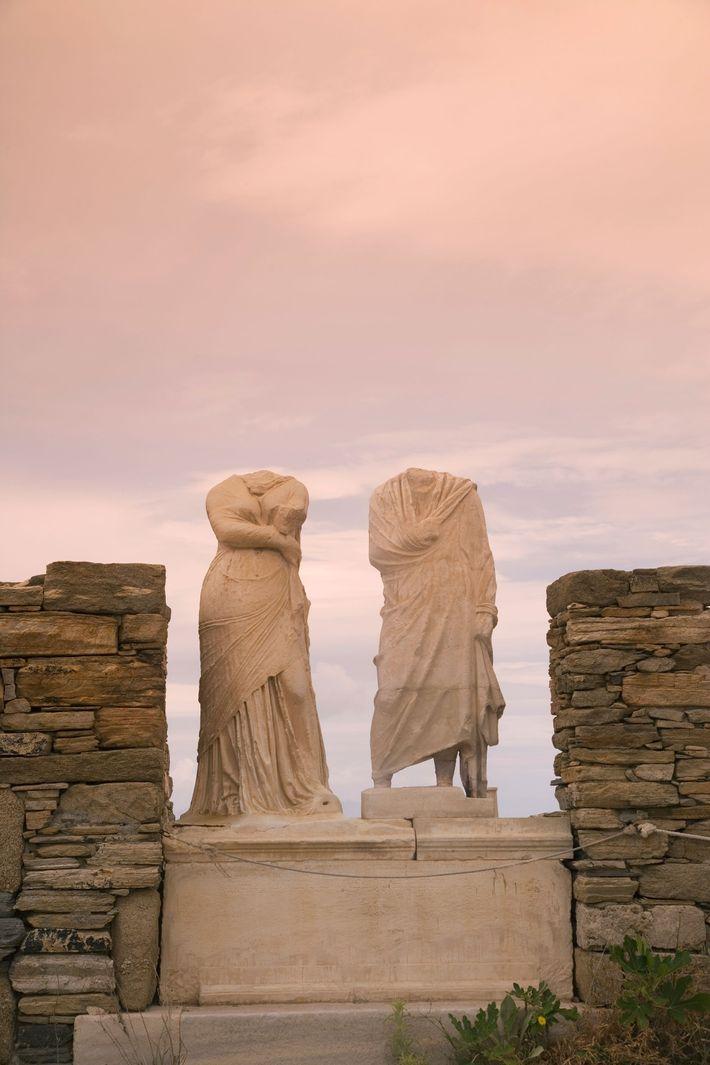 Vestígios de esculturas na Casa de Cleópatra e Dioscoridis, Patrimônio Mundial da UNESCO em Delos, uma ...