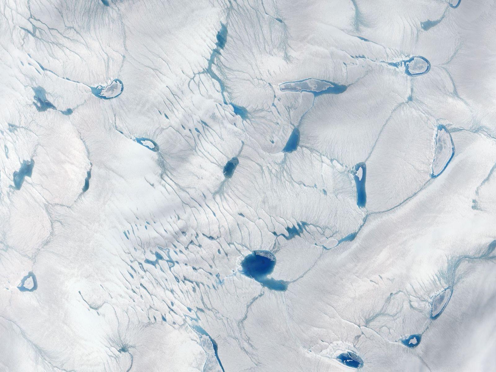 Lagos de águas derretidas na superfície da camada de gelo na Groenlândia. Esse acúmulo de água ...
