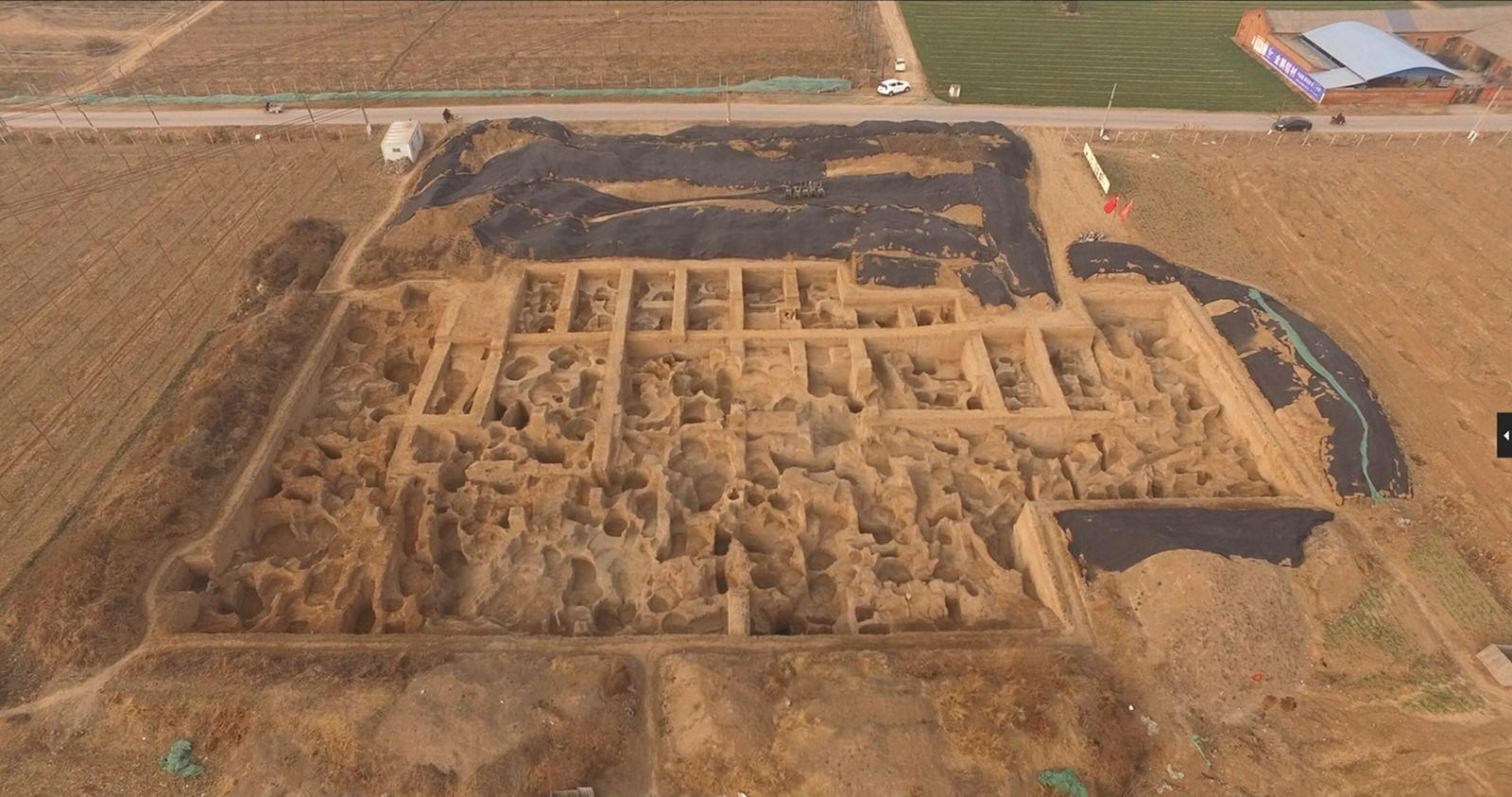 Arqueólogos escavavam o sítio arqueológico de Guanzhuang desde 2011, tendo encontrado oficinas e centenas de poços ...