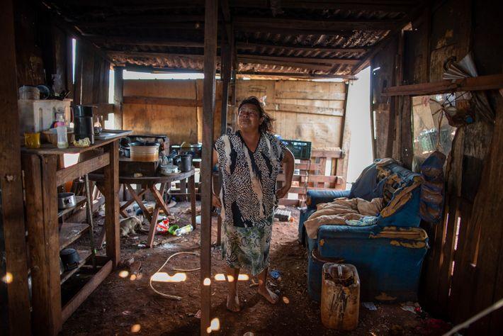 Élida de Oliveira dentro de sua casa em Ñu Vera, onde deu à luz sozinha.