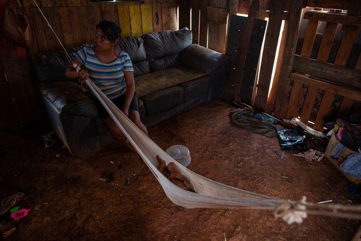 Neto de Élida de Oliveira, Widys, tira a soneca da tarde na rede que se estende ...