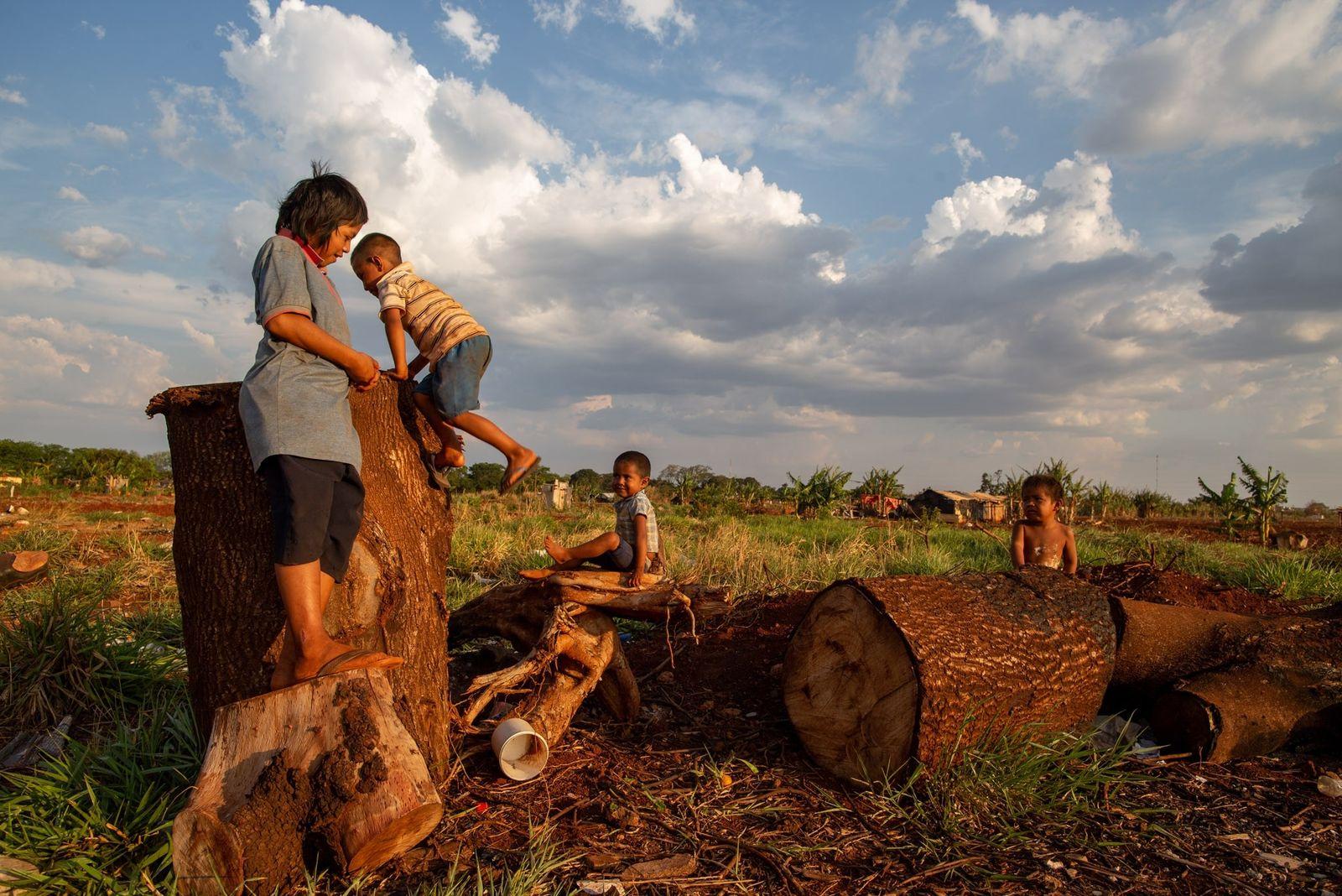 Mulheres indígenas lutam para não perderem a guarda de seus filhos no Brasil