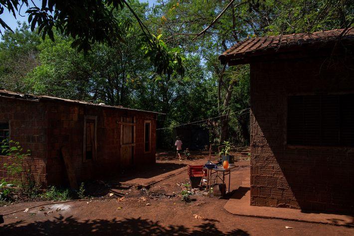 As casas de Florencia e Elisabete Reginaldo ficam lado a lado na aldeia de Jaguapiru, na ...