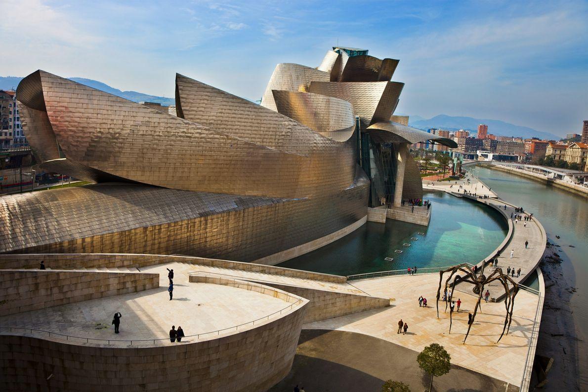 MUSEU GUGGENHEIM BILBAO, ESPANHA  O Museu Guggenheim Bilbao, projetado pelo arquiteto Frank Gehry, foi um divisor de ...