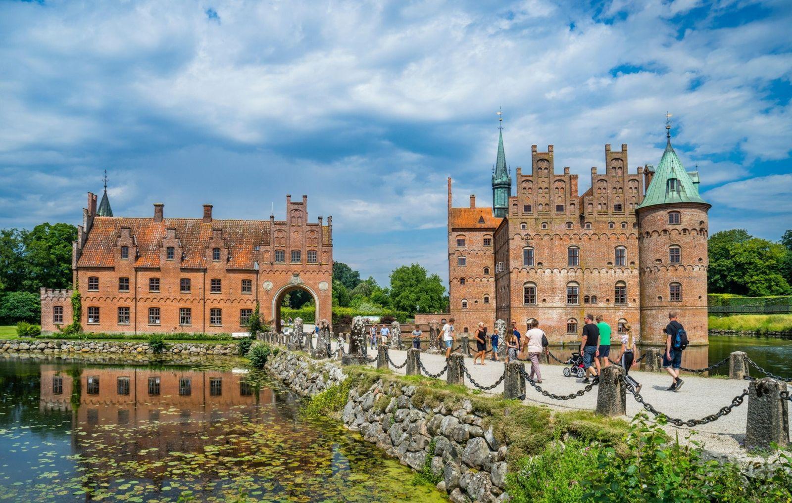 Denmark, Funen, Egeskov Slot, view of the 16th century Renaissance water castle