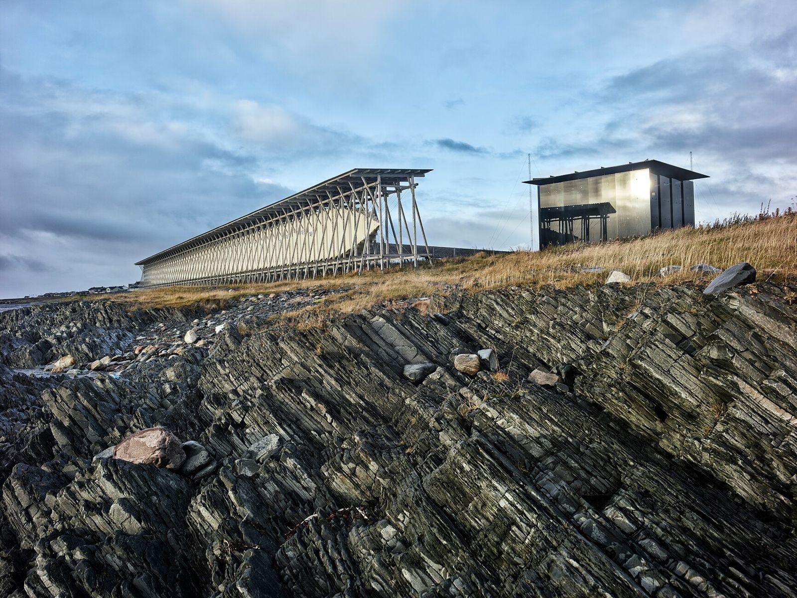 O Memorial Steineset da Noruega, localizado na costa do mar de Barents, foi construído em homenagem ...