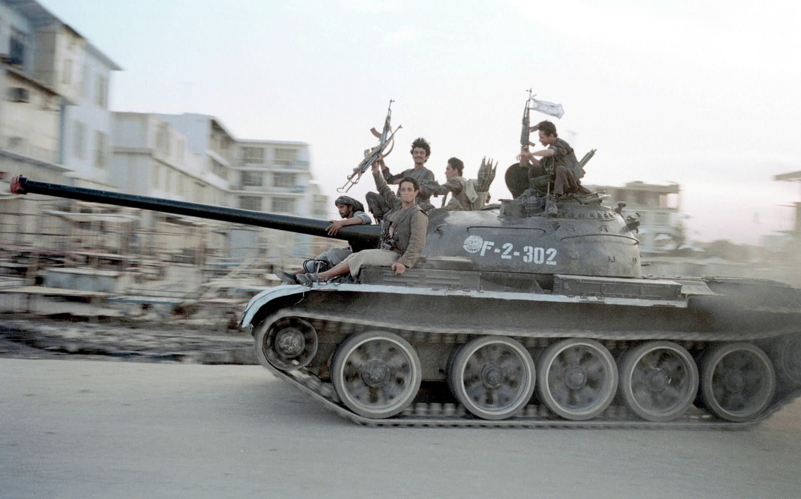 Soldados talibãs dirigem um tanque soviético