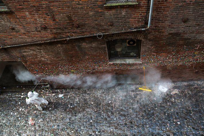 Em 2015, a Parede de Chiclete foi limpa pela primeira vez após 20 anos — removendo ...
