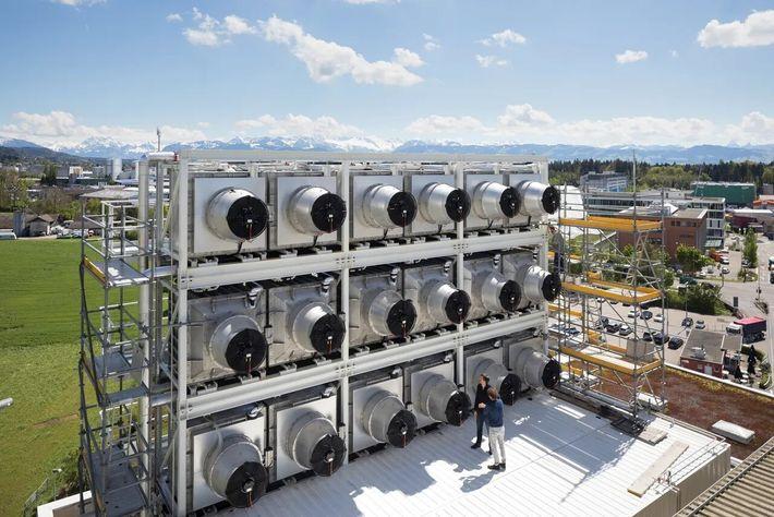 Em Hinwil, na Suíça, a Climeworks construiu uma usina de captura de carbono alimentada por um ...