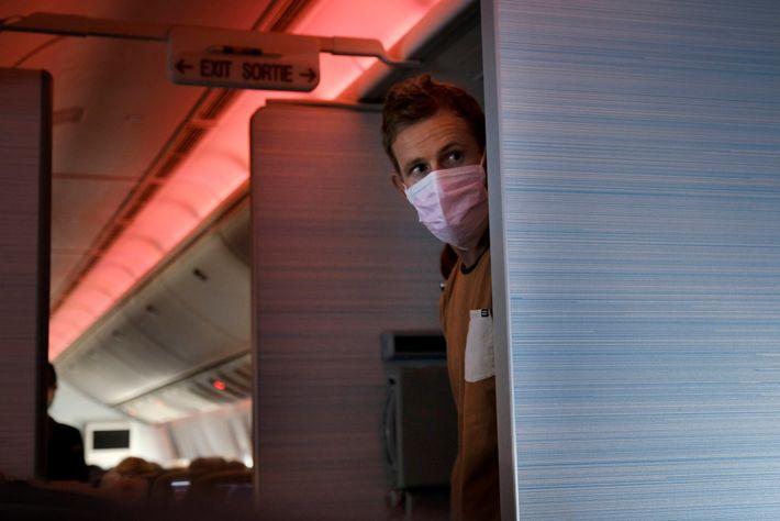 Um passageiro usando máscara em um voo entre Vancouver, no Canadá, e Sydney, na Austrália, no ...