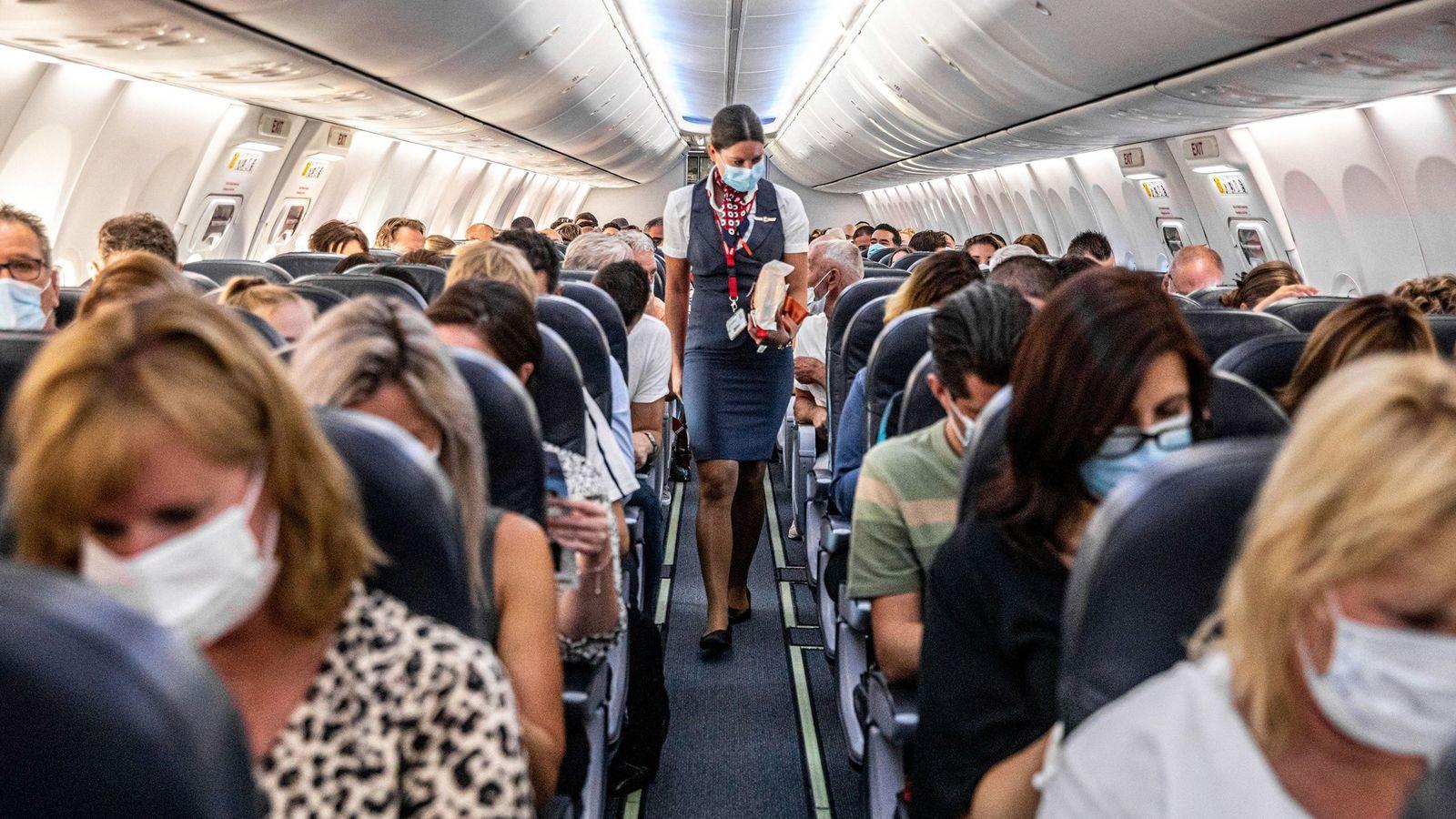Passageiros usando máscaras em um dos primeiros voos entre Amsterdã, na Holanda, e Burgas, na Bulgária, ...