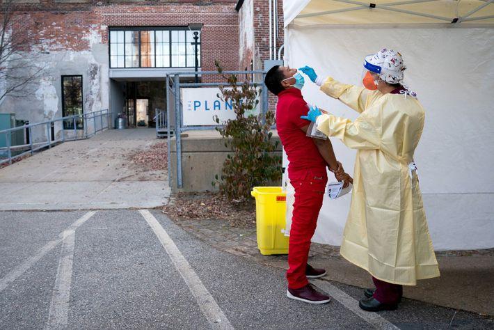 Profissional de saúde aplica um teste em um local de testes do novo coronavírus em Providence, ...