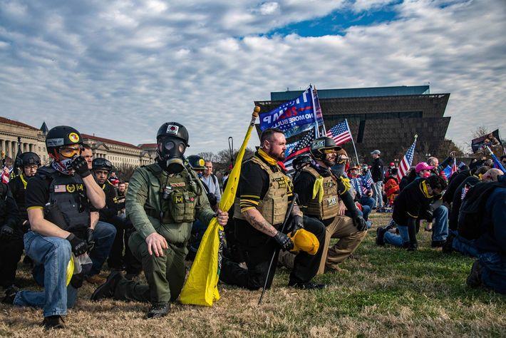 Um membro dos Proud Boys (no centro, segurando o chapéu) tem tatuagens inspiradas nos vikings.