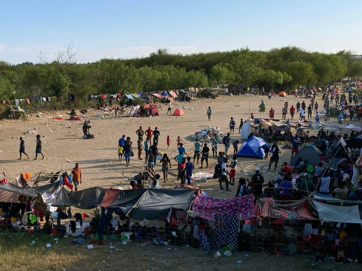 Foto de pessoas em acampamentos rudimentares na fronteira dos EUA e México