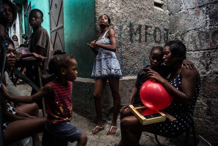 O labirinto de ruas residenciais em Porto Príncipe é densamente povoado. Em bairros como Morne-á-Tuf, os ...