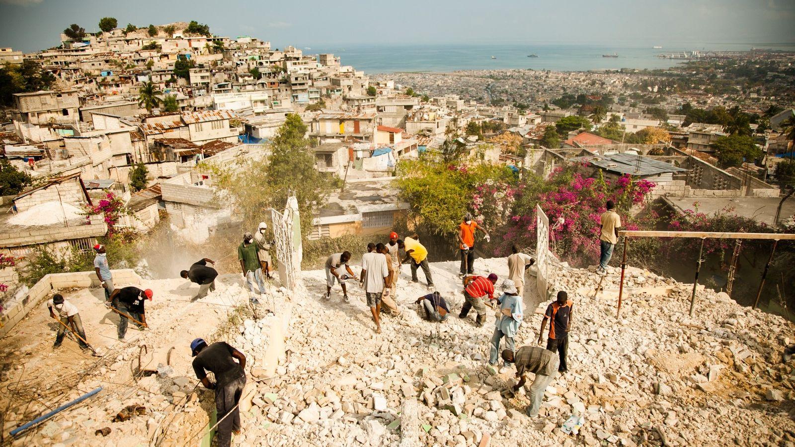 Dez anos depois que um terremoto matou mais de 300 mil pessoas no Haiti, a corrupção ...