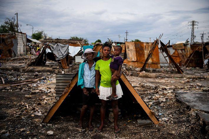 Iris Daniel, Lovely Jean-Pierre e Evanston Daniel, de cinco anos, do lado de fora do abrigo ...