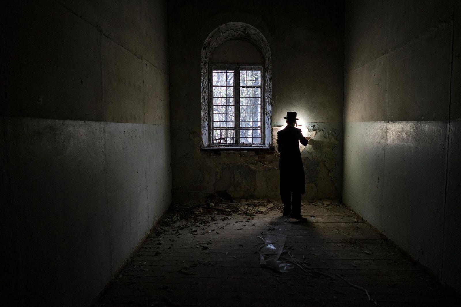 Um homem judeu hassídico visita o local da antiga sinagoga de Chernobyl. Durante o século 18, ...