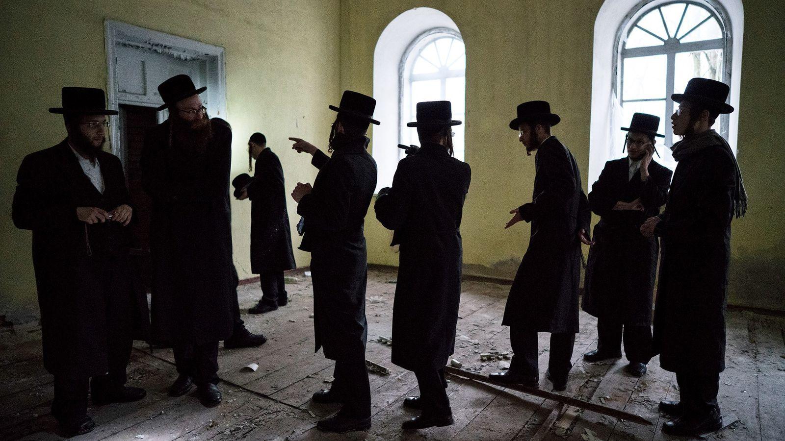 Um grupo explora a sinagoga abandonada de Chernobyl. A Ucrânia, local de origem do hassidismo, é ...