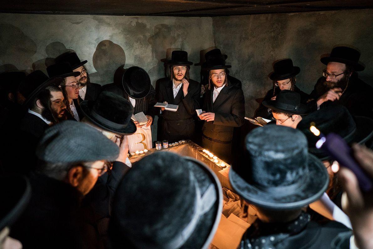 Judeus hassídicos rezam no túmulo do Rabino Menachem Nachum Twersky, localizado próximo a uma antiga escola ...