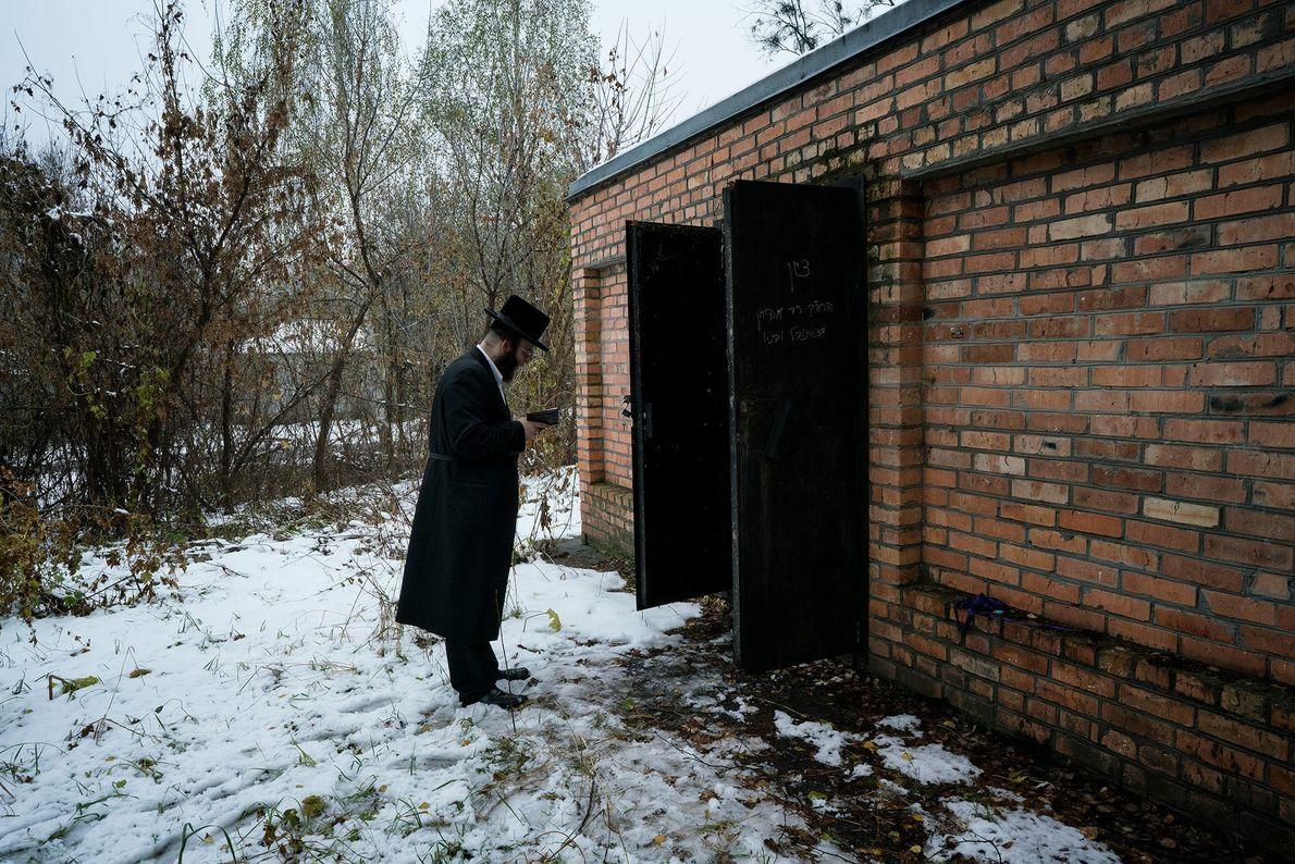 Um homem reza em frente ao túmulo do Grande Rabino Menachem Nachum Twersky, discípulo do fundador ...
