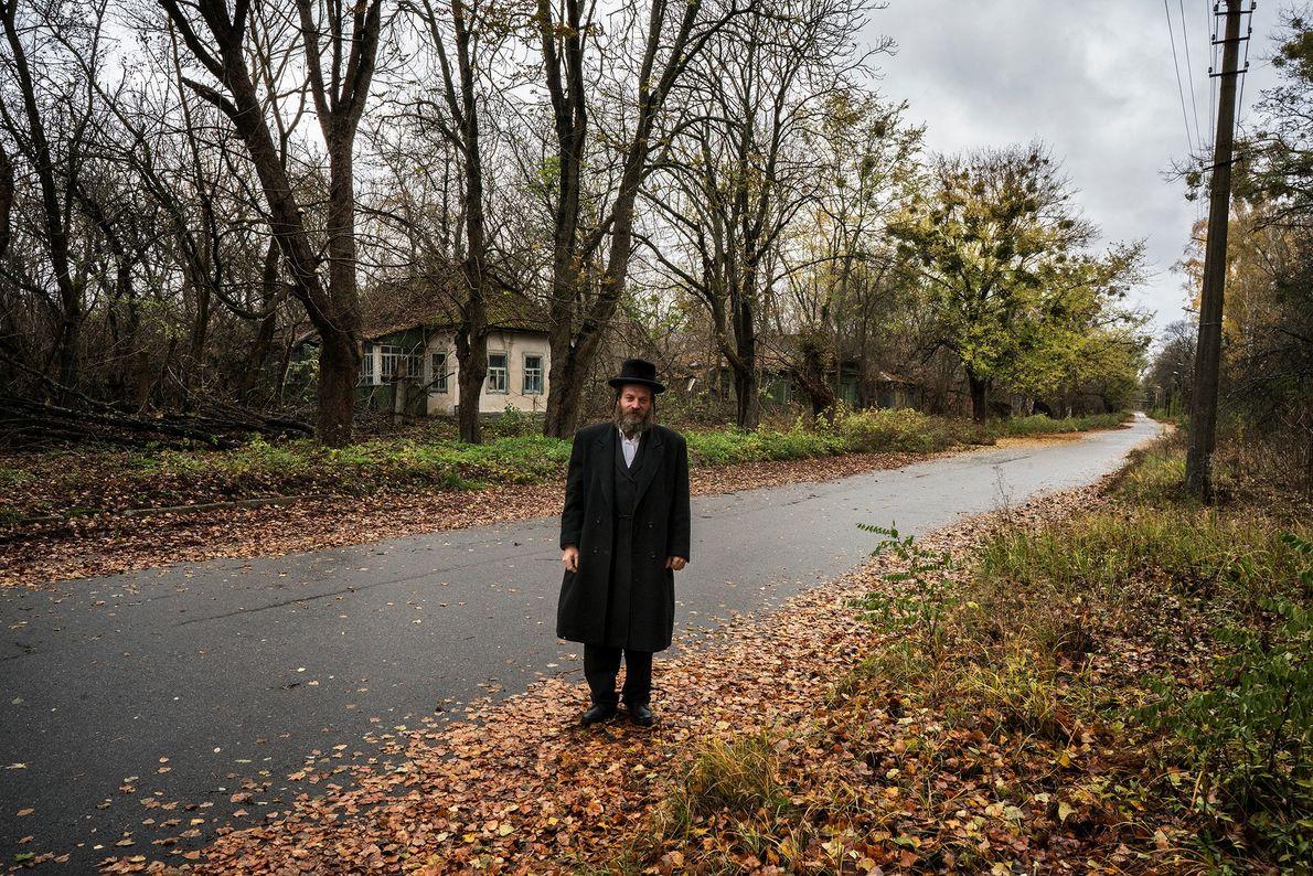 Um viajante explora uma rua abandonada em Chernobyl, onde milhares de pessoas foram evacuadas de suas ...