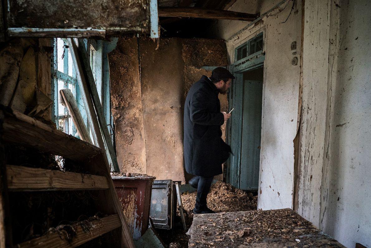 Um judeu explora uma casa abandonada na zona de exclusão. O fotógrafo Pierpaolo Mittica documenta as ...