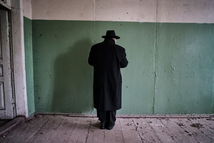 Todo ano, no aniversário de morte do Grande Rabino Menachem Nachum, peregrinos rezam sobre os túmulos ...