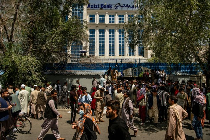 Em 15 de agosto de 2021, as pessoas se aglomeravam em frente ao banco Azizi, em ...
