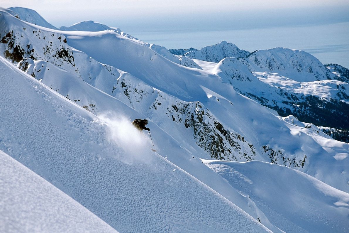 Um esquiador descendo pela cordilheira da Resurrection Peninsula, no Alasca.