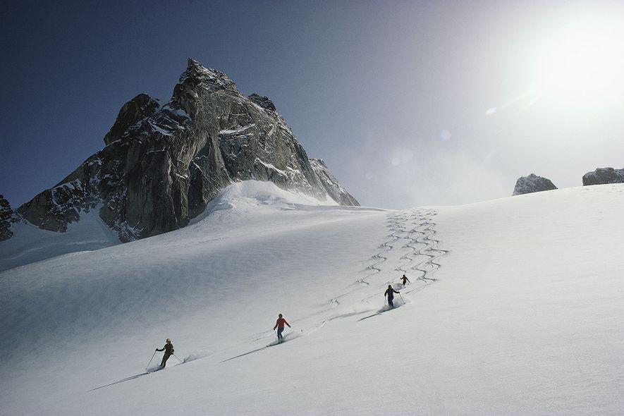 Esquiadores descendo a Geleira Vowel na área de esqui dos Bugaboos, na Colúmbia Britânica.