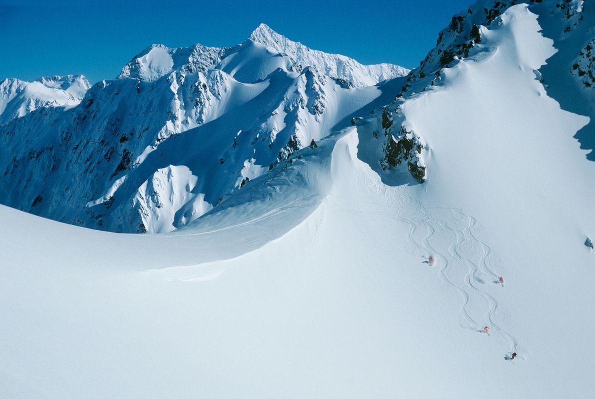 Um grupo de esquiadores descem a Cordilheira Rakaia nos Alpes do Sul da Nova Zelândia.