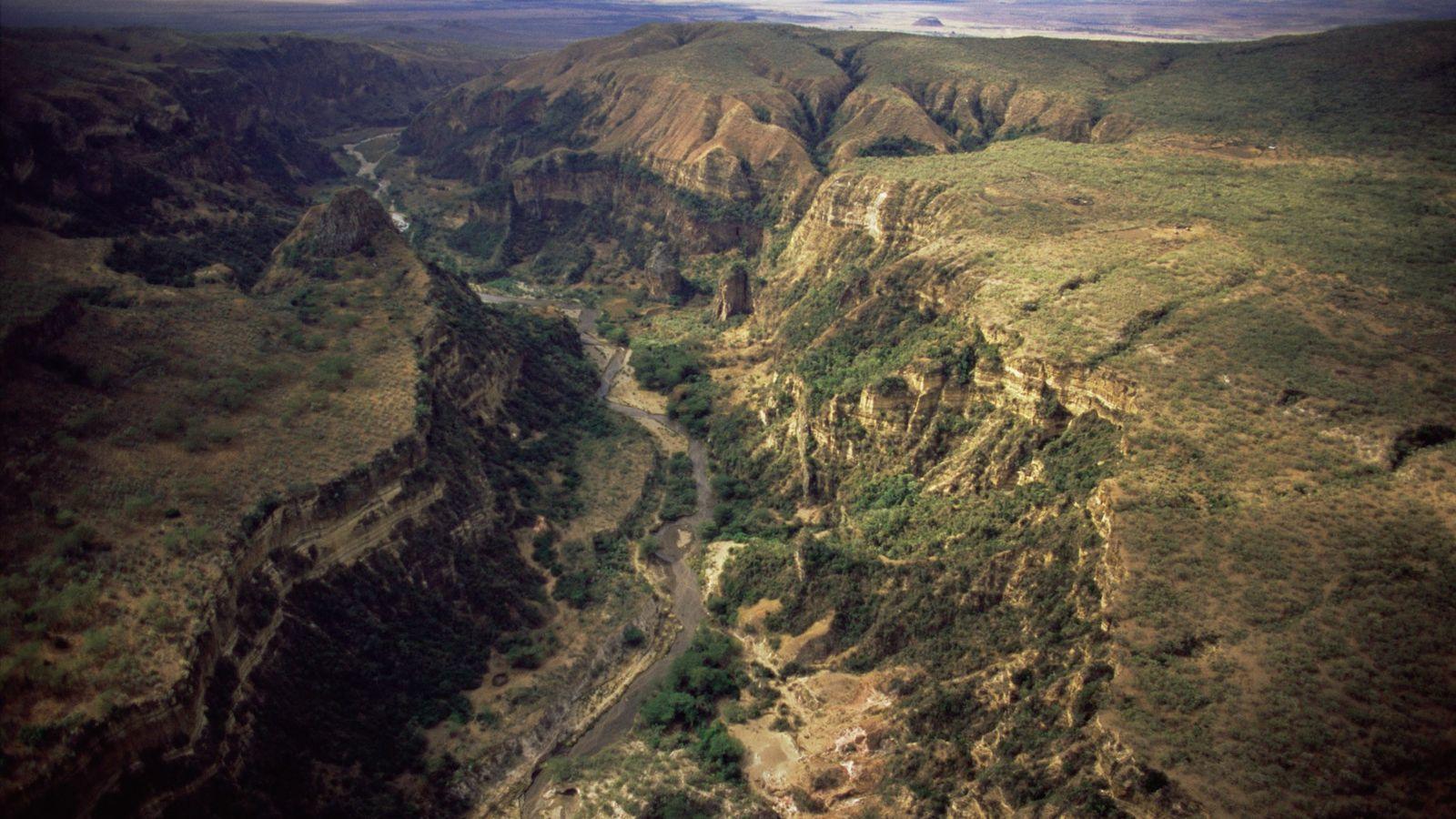 Trilhas de caminhada fazem curvas sinuosas ao redor do desfiladeiro Ol Njorowa, no Parque Nacional Hell's ...
