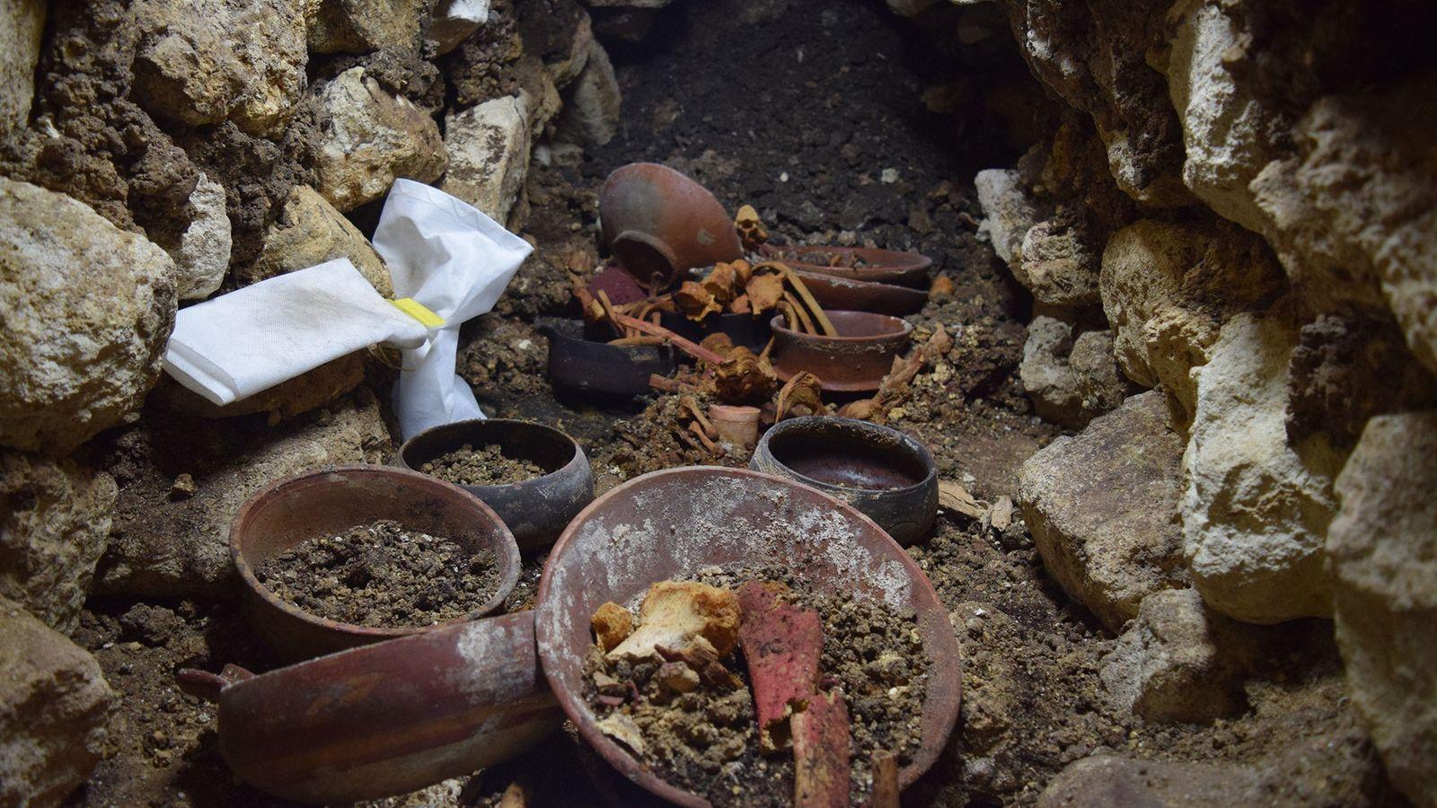 """O local, """"Enterro 80"""", durante a escavação. No centro, um vaso de pedra branca é cercado ..."""