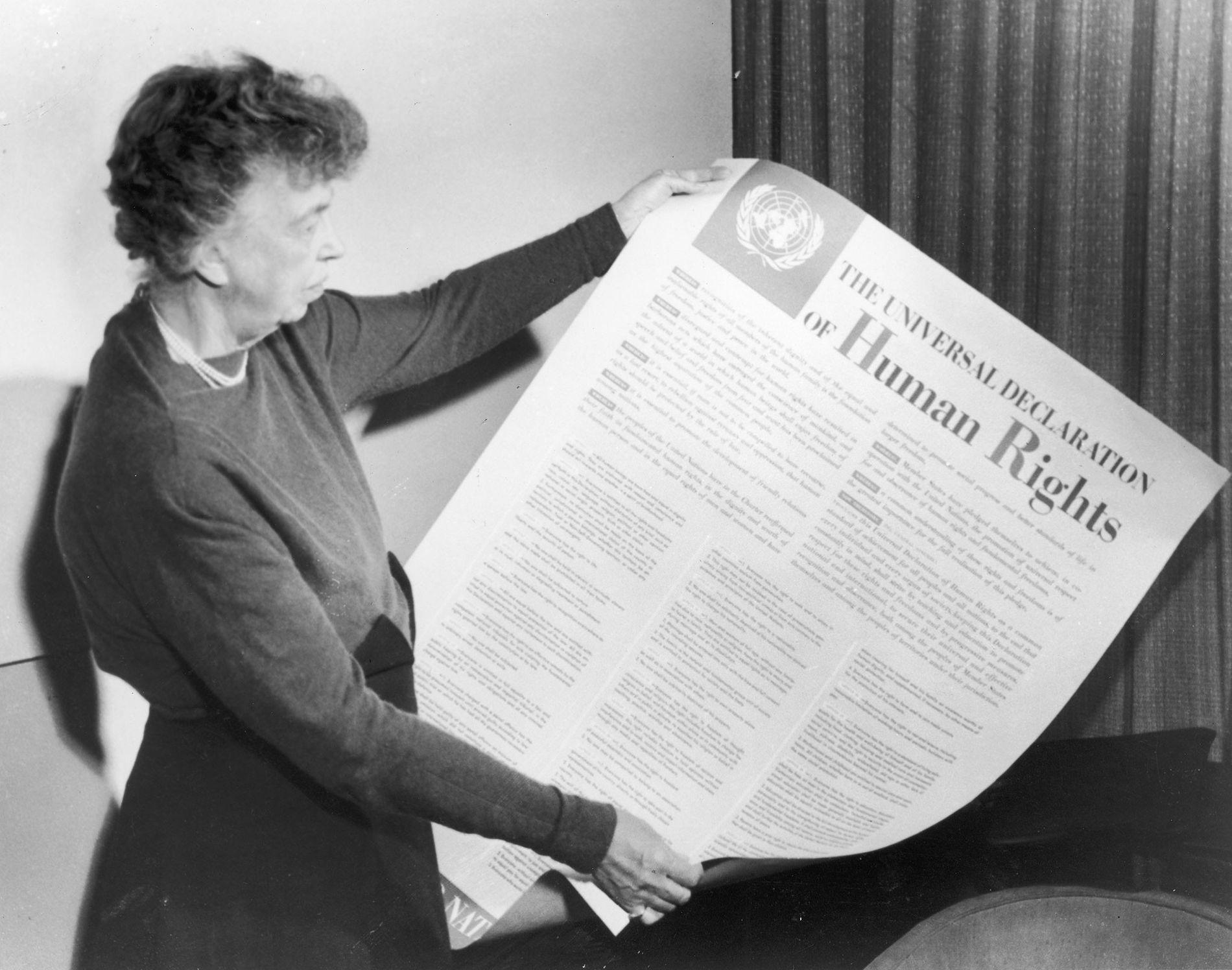 Eleanor Roosevelt segurando uma cópia da Declaração Universal dos Direitos Humanos em 1946. Roosevelt foi presidente do comitê que escreveu o documento e é considerada a força por trás desse avanço.