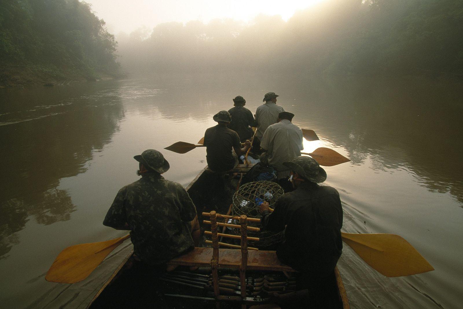 Membros de uma expedição de 2002 realizada pela Funai remam na descida do Rio Jutaí, na ...