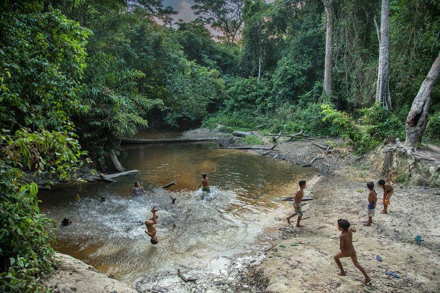 Crianças awás brincam em uma lagoa na reserva Caru, no Maranhão.