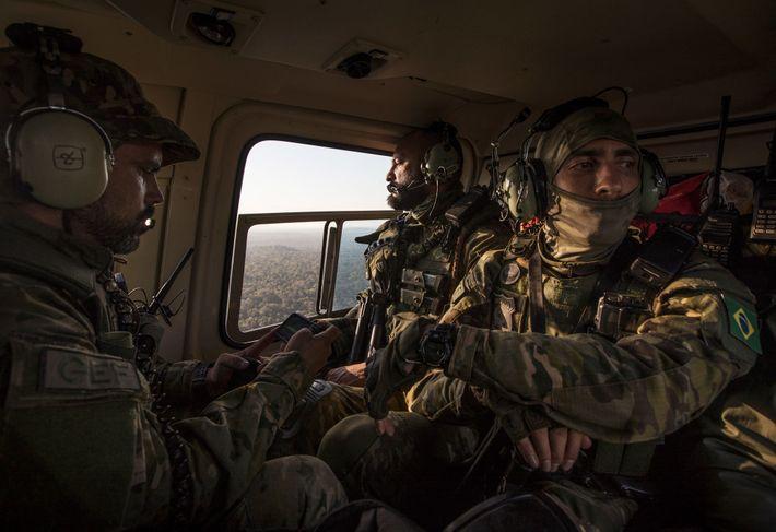 Membros do Grupo Especial de Fiscalização, uma unidade aérea de elite dentro do Ibama, agência de ...