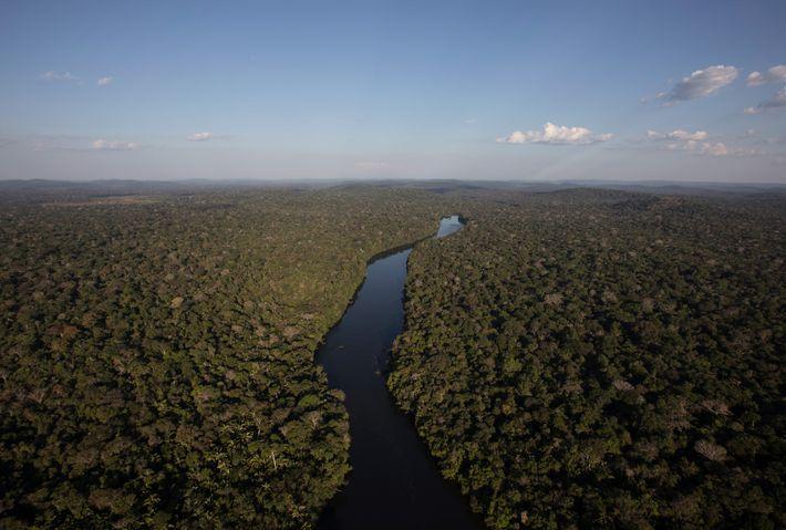 Um rio que passa pela Reserva Indígena Roosevelt. A reserva é o lar de 1,2 mil ...