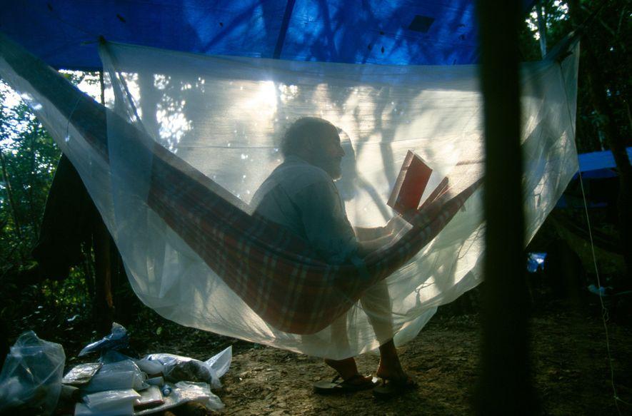 Sydney Possuelo, à época chefe da Coordenação-Geral de Índios Isolados, reúne suas ideias enquanto lidera a ...