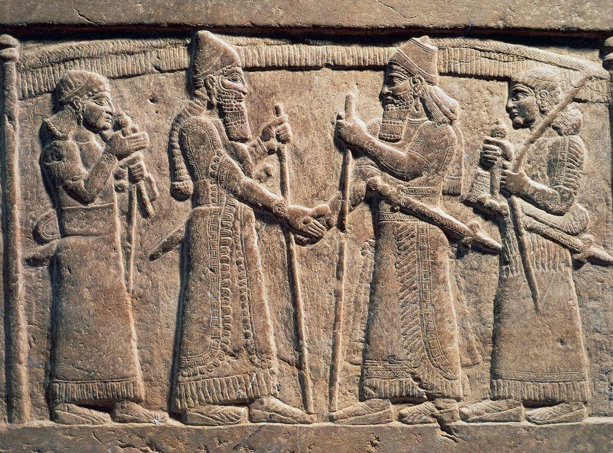 Um relevo de pedra do século 9 a.C. retrata o rei Salmanaser III da Assíria apertando ...