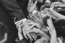 Por milhares de anos, o aperto de mão foi utilizado para diversas finalidades. Nesta imagem, o ...