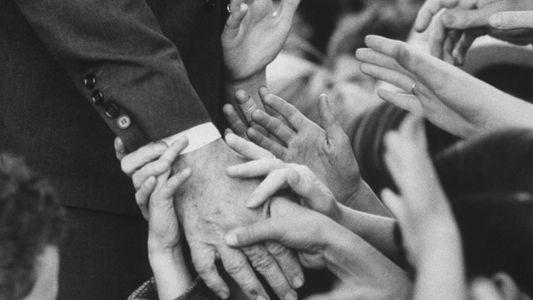 Por que tocamos tanto uns nos outros? Eis as raízes do 'aperto de mão' e do ...